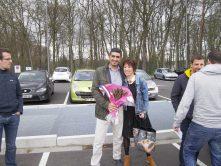 Une sympathisante offre un bouquet de chardon au président de SIPIC à remettre à la sanef